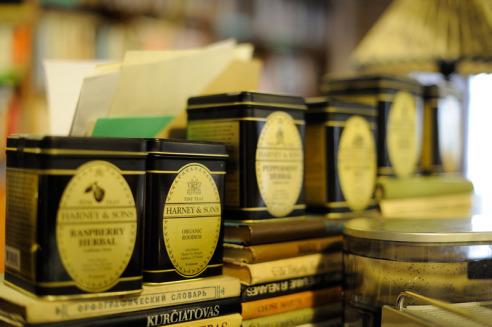 Tea and books. Credits Mint Vinetu
