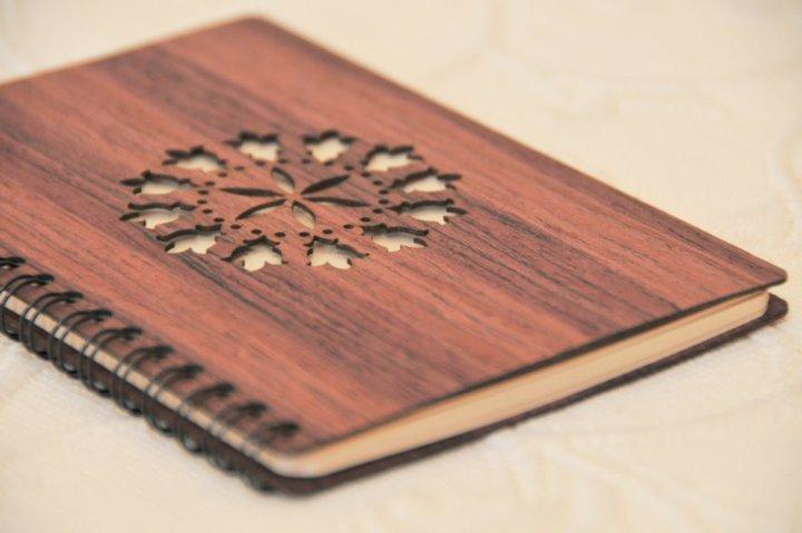 Notebook in flexible wood. Credits EtnoDesign