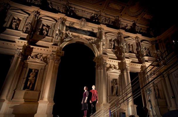 Dante e Beatrice nel Paradiso del Teatro Olimpico. Credits Tommy Ilai